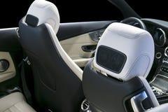 Modern lyxig bil inom Inre av prestigebilen Bekväm vit perforerade läderplatser och cockpit för styrningstrans royaltyfria bilder