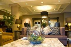 Modern lyxig hemtrevlig hotelllobby fotografering för bildbyråer