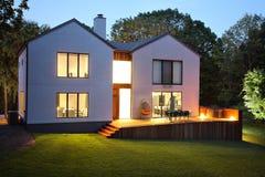 Modern lyxig hus och trädgård Arkivbilder