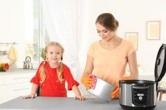 Modern mång- spis för moder- och dotterlokalvård royaltyfria foton