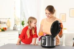 Modern mång- spis för moder- och dotterlokalvård royaltyfria bilder