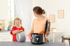 Modern mång- spis för moder- och dotterlokalvård fotografering för bildbyråer