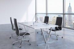 Modern mötesrum med enorma fönster som ser Newet York City, Manhattan Arkivfoton