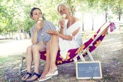 Modern mamma och barndotter som äter glass Royaltyfria Bilder