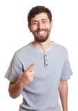 Modern man med skägget som skrattar på kameran Royaltyfri Bild