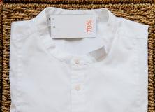 Modern manlig modeskjorta med den 70% rabattetiketten Royaltyfri Foto