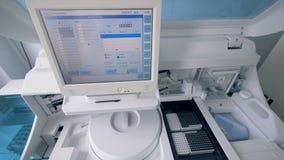 Modern maskin med en bildskärm Klinisk utrustning fungerar i ett laboratorium stock video