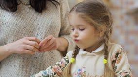 Modern matar hennes lilla dotter med en gurka lager videofilmer