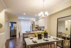 Modern matsal i ett lyxigt hus Royaltyfria Foton
