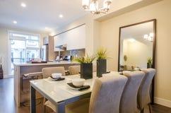 Modern matsal i ett lyxigt hus Arkivfoton
