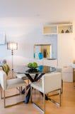 Modern matsal i ett lyxigt hus Royaltyfria Bilder