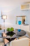 Modern matsal i ett lyxigt hus Fotografering för Bildbyråer