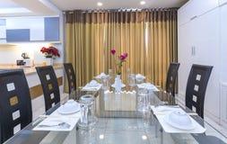 Modern matsal, kök i lyxiga lägenheter Arkivbilder