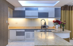 Modern matsal, kök i lyxiga lägenheter Fotografering för Bildbyråer