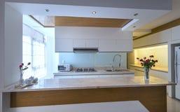 Modern matsal, kök i lyxiga lägenheter Royaltyfri Foto