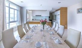 Modern matsal, kök i lyxiga lägenheter Royaltyfri Fotografi
