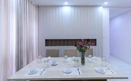 Modern matsal, kök i lyxiga lägenheter Royaltyfri Bild