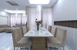 Modern matsal, kök i lyxiga lägenheter Arkivfoton