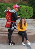 Modern med äldre dotter och behandla som ett barn väntar Arkivfoto