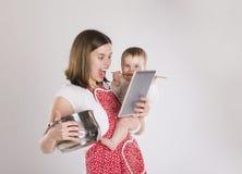 Modern med behandla som ett barn Arkivbild