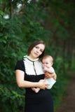Modern med behandla som ett barn Arkivfoto