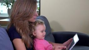Modern med behandla som ett barn datoren för flickabruksminnestavlan Barnpekskärm med fingret stock video