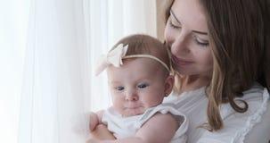 Modern med behandla som ett barn dottern hemma stock video