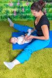 Modern med behandla som ett barn göra gymnastik Royaltyfri Fotografi