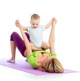 Modern med behandla som ett barn göra gymnastik eller kondition Royaltyfri Foto