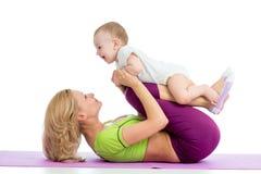 Modern med behandla som ett barn göra gymnastik på matt kondition Royaltyfri Bild
