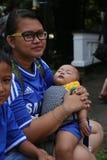 Modern med behandla som ett barn poserar för kameran Royaltyfri Fotografi
