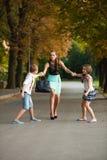 Modern med dottern för naughtisonadn på en gå parkerar in Royaltyfri Foto
