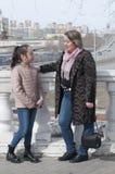 Modern med dottern går i parkera Arkivfoto