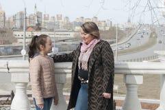 Modern med dottern går i parkera Arkivfoton