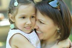 Modern med dottern går i sommar Arkivfoton