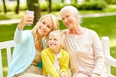 Modern med dottern och farmodern på parkerar Royaltyfria Foton