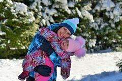 Modern med dottern på går lite i träna på en snöig vinter arkivfoton