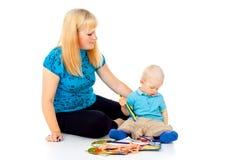 Modern med ett barn tecknar royaltyfri fotografi