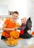 Modern med halloween klädde dottern som snider Stålar-NOLLA-lyktan Fotografering för Bildbyråer