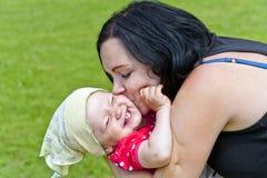 Modern med henne behandla som ett barn i Park Royaltyfri Foto