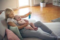 Modern med hennes behandla som ett barn hemmastatt tycka om för pojke Royaltyfri Fotografi