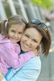 Modern med hennes dotter går i sommar Fotografering för Bildbyråer