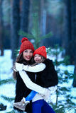 Modern med hennes dotter kramar yttersidan i vinternatur royaltyfri foto