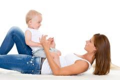 Modern med litet behandla som ett barn. Royaltyfri Foto