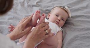Modern med nyfött behandla som ett barn på säng lager videofilmer