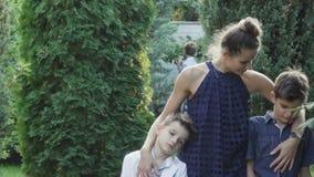 Modern med söner går utomhus lager videofilmer