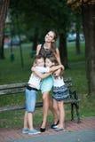 Modern med sonadn-dottern på en gå parkerar in Arkivfoto