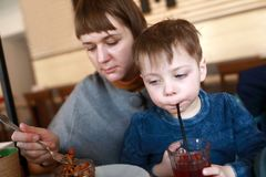 Modern med sonen har lunch royaltyfri foto