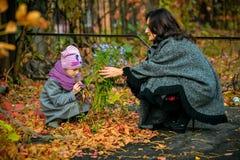 Modern meddelar med hennes dotter i höst Arkivbild
