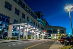 Modern medicinsk byggnad under vinterhimmel arkivfoton